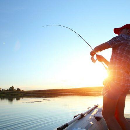 Pescador pescando no barco
