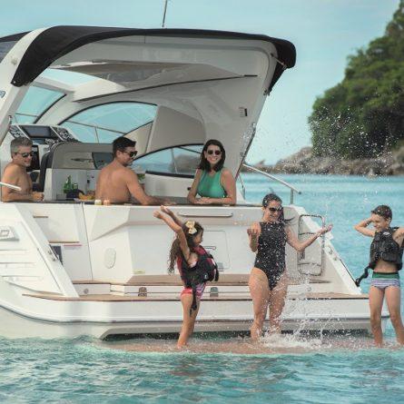Família confraternizando a borde de uma Lancha Focker 420 gran Coupe