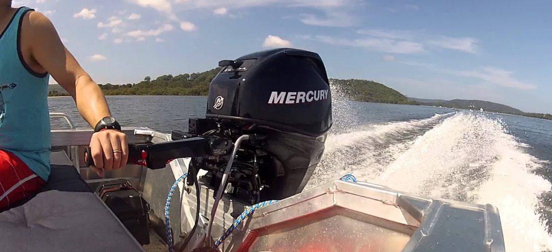 motor de popa navegando
