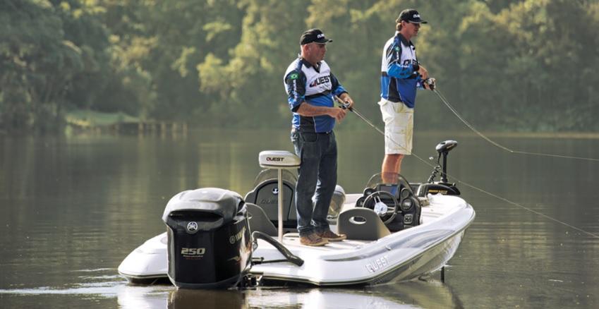 Lancha Quest 290 na água pescando
